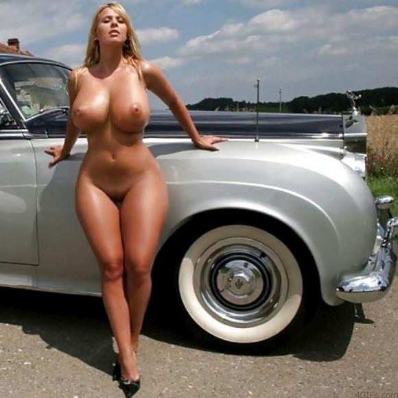 сиськи возле машины